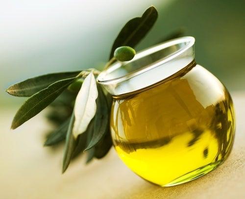 olio di oliva per irrobustire le unghie