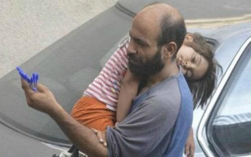 """Il """"venditore anonimo"""": solo 8 penne e una figlia affamata"""