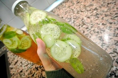 Acqua zenzero cetriolo e limone