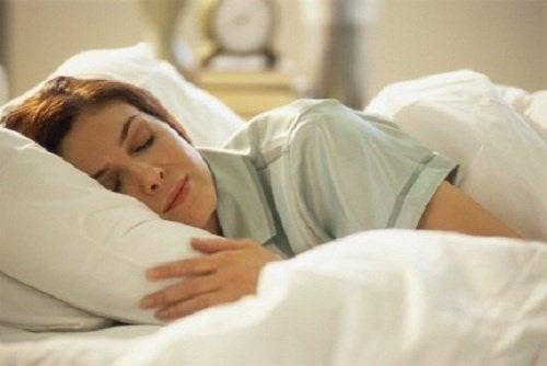 Dormire con cuscino basso