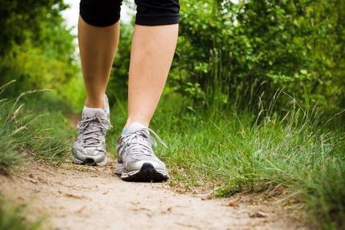Camminare con scarpe da ginnastica