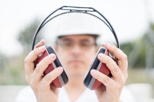 per prevenire i fischi nelle orecchie è bene proteggersi dai rumori forti