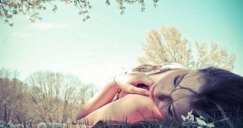 donna sdraiata all'aria aperta