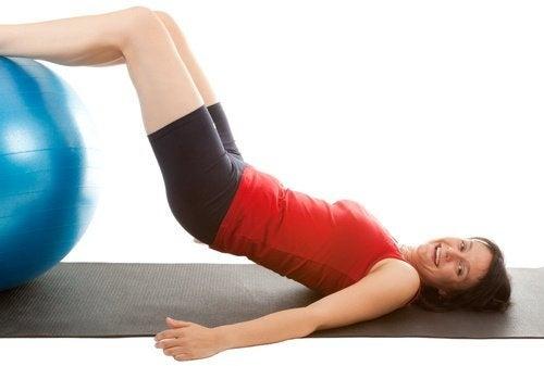 esercizi con la palla per tonificare i muscoli