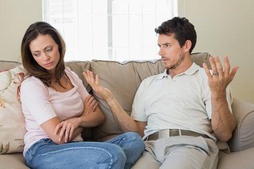 Coppia che discute sul divano