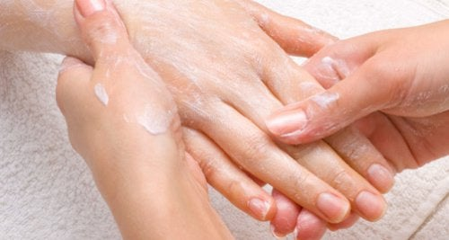 Rimedi naturali per mani secche e ruvide