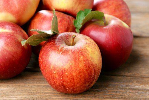 mele con foglie