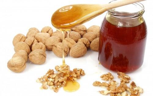 Un rimedio naturale eccezionale: miele, mandorle e noci