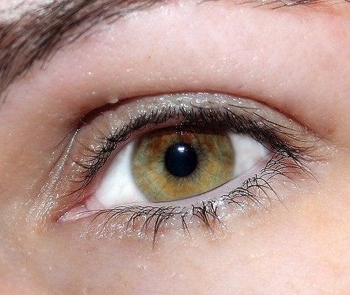 occhi brillanti migliorano notevolmente l'aspetto del viso