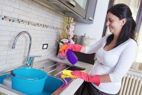 7 consigli per pulire superfici difficili