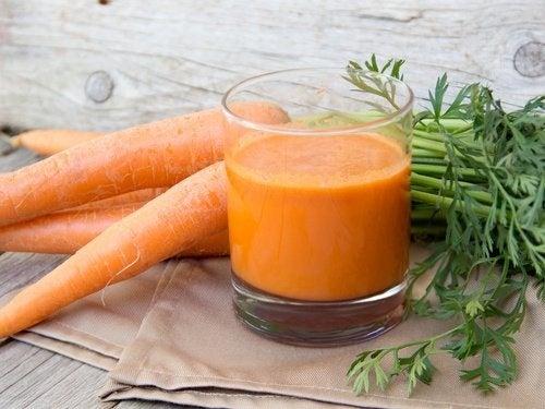 preparare frullato di carota e arancia