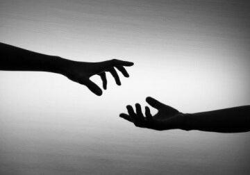mani tese per toccarsi