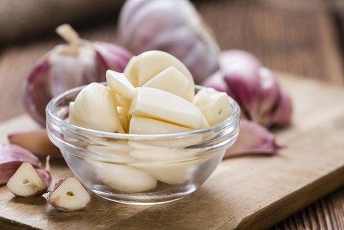 ciotola con spicchi d'aglio