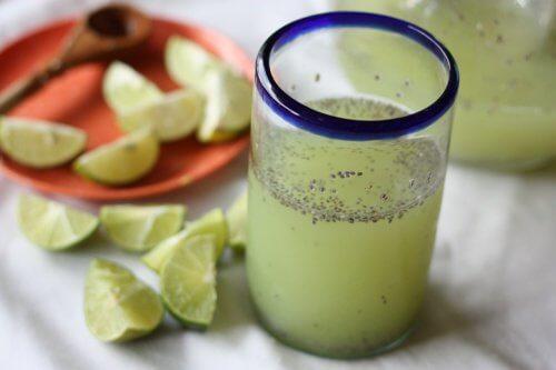 Acqua di semi di chia e limone per dimagrire