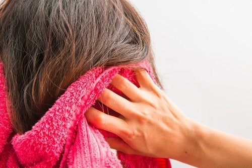 asciugamano nei capelli