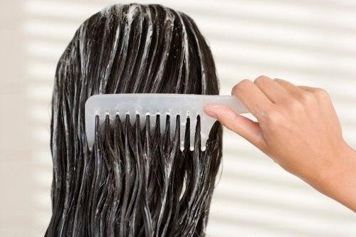 Cura dei capelli prima di andare a dormire