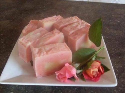 sapone fatto in casa alla rosa mosqueta