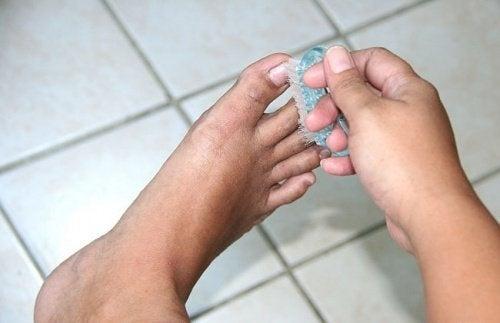 Come eliminare il cattivo odore dei piedi |