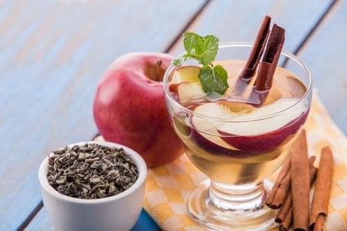 acqua con mela e menta per depurare il corpo