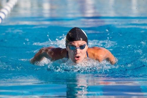Il nuoto è un ottimo esercizio per allungare il corpo
