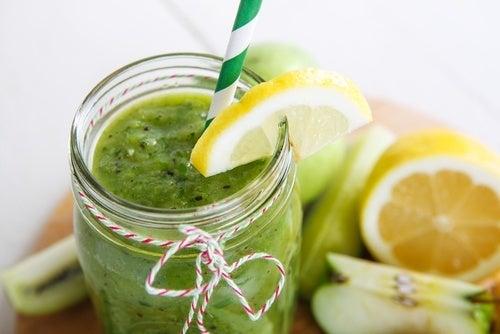 Frullato di spinaci, mele e limone per il grasso addominale