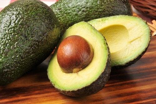 l'avocado è tra i migliori alimenti che forniscono acidi grassi essenziali