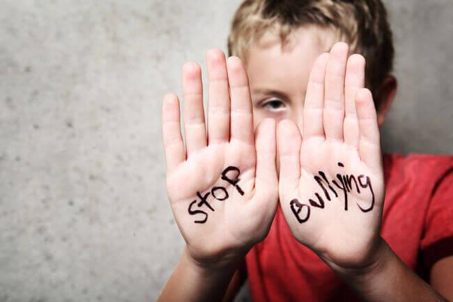 bambino che dice stop al bullismo