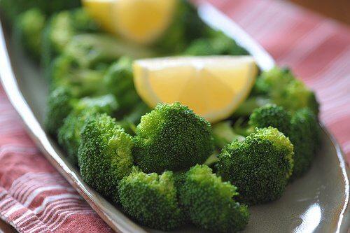 Prendersi cura del peso e della salute con broccoli al limone