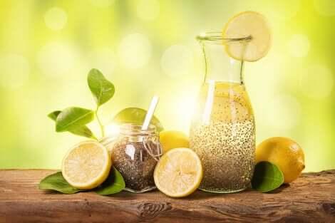 Caraffa di succo di limone e semi di chia contro il colesterolo.