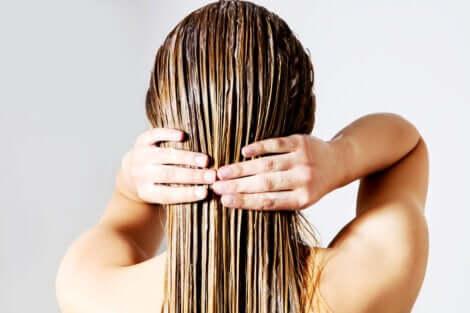 Siero naturale per la cura dei capelli: donna che si lava i capelli.