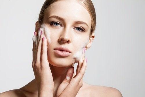 donna con sapone sul viso