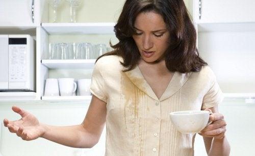donna sporca di caffè