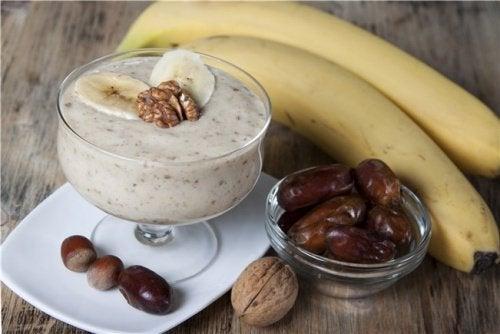 Frullato ricco di fibra alla banana, cannella, cocco e datteri
