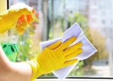 mani che lavano il vetro