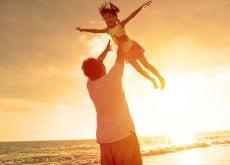 padre e figlia che si divertono in spiaggia
