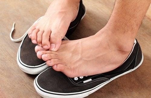piedi sulle scarpe