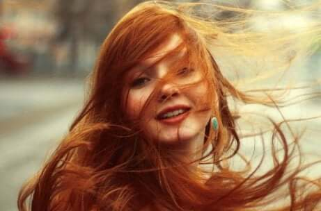 Essere diversi: ragazza coi capelli lunghi.