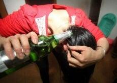 ragazza lava capelli con birra