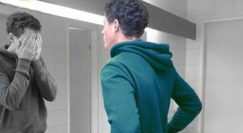 ragazzo che si guarda allo specchio