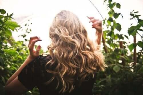 Preparare in casa un siero naturale per nutrire e riparare i capelli