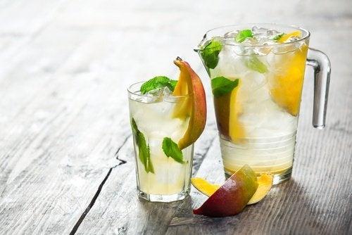 Acqua con della frutta