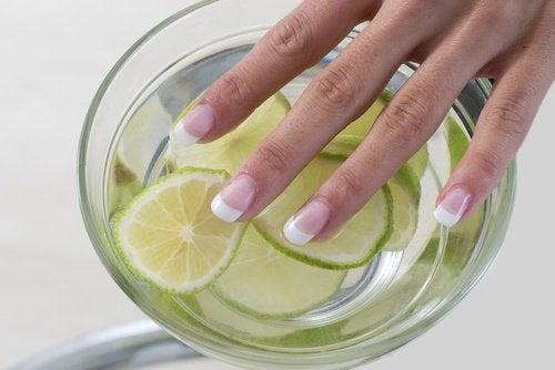 unghie e limone