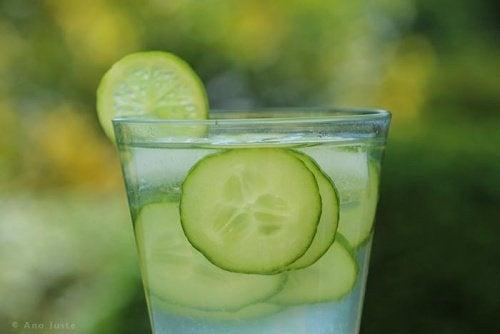 bicchiere di Acqua al cetriolo