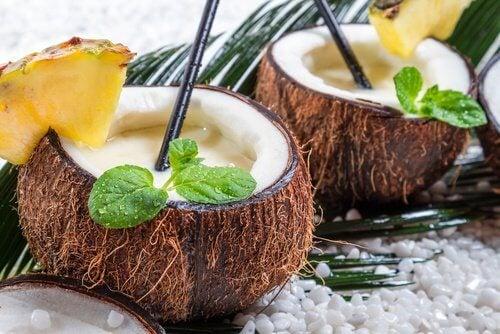 Frullato di cocco ed ananas dentro noci di cocco