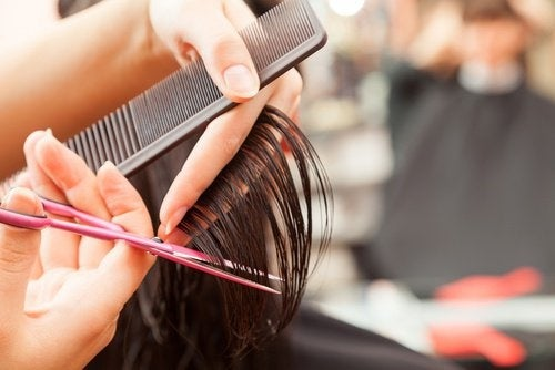 Tagliare le punte aiuta la crescita dei capelli