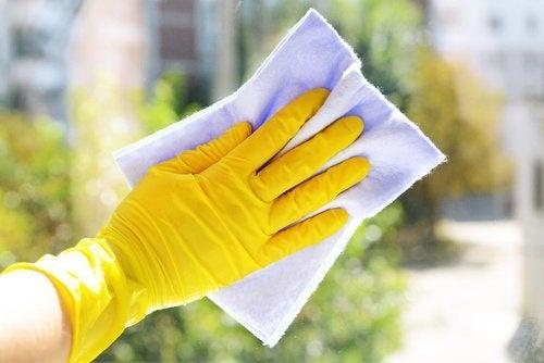 Usare i guanti per le faccende domestiche