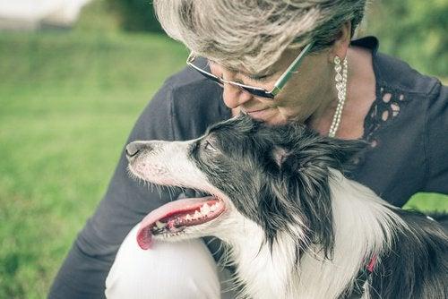 cane e padrona felici
