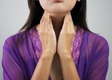 donna che si tocca la gola