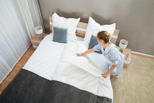 donna che sistema il letto