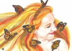 donna-che-sorride-con-farfalle-500x373